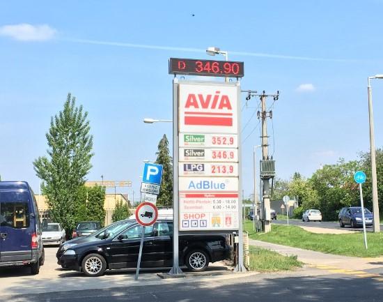 Benzinkút totemoszlop árkijelző
