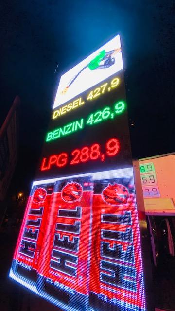 benzinkut-arkijelzo-ledfal totemoszlop